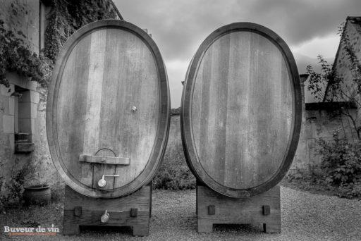 Vieux foudres en bois servant à la vinification du vin au domaine grosbois a panzoult
