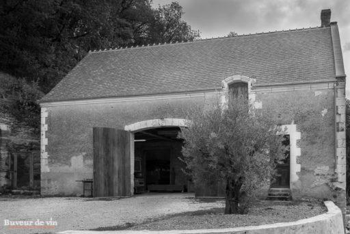 batiment technique pour la vinification des vins blancs au rocher des violettes de xavier weisskopf, vigneron en appellation montlouis