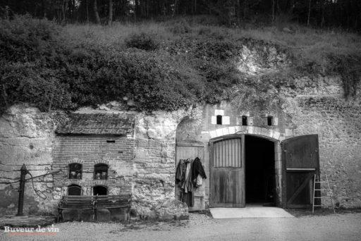 entree de la cave troglodyte-elevage des vins rouges Cuve bois tronconique Grenier servant a la vinification des rouges au rocher des violettes de xavier weisskopf, vigneron en appellation montlouis